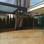 Terrassenüberdachung mit Baum